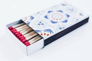 Bunte Streichholzschachtel mit langen Streichhölzern