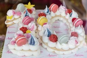 Bunte Süßigkeit im Schaufenster einer Konditorei