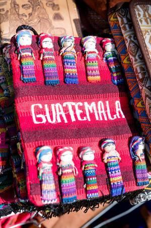 Bunte Tasche mit Püppchen, beliebtes Souvenier aus Guatemala