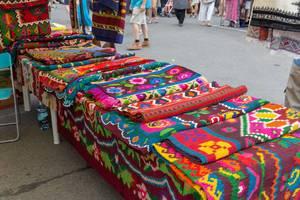 Bunte Teppiche an einem Stand am Naschmarkt