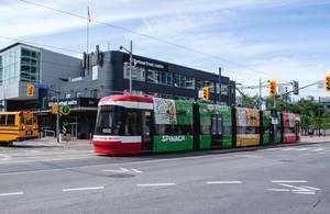 Bunte Tram-Straßenbahn in der Innenstadt einer Großstadt