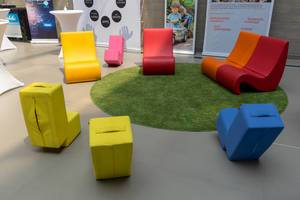 Bunte, ungewöhnlich geformte Stühle im Besucherbereich beim Barcamp 2018