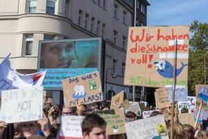Bunter Demonstrationszug mit Schülern der Fridays-for-Future-Bewegung beim weltweiten Protesttag in Köln & Bild von Greta Thunberg