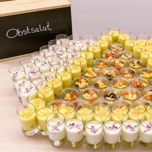 Bunter Obstsalat mit Beeren und Melone in dekorativen Dessert-Gläsern am Essensbüfett des Barcamps OMWest19 von AXA in Köln