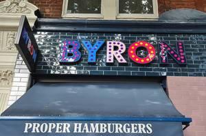 Bunter Schriftzug einer britischen Hamburger-Restaurantkette