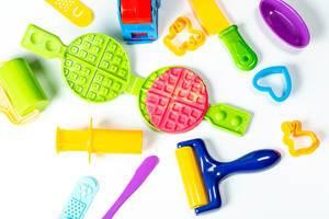 Buntes Backset mit Knete für Kinder. Aufnahme von oben vor weißem Hintergrund