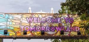 """Buntes Banner mit der Aufschrift """"welcome to tomorrowland"""" am gleichnamigen Festival 2019"""