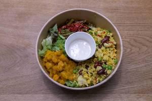 Buntes Mittagessen: Vegane Bio Vital-Bowl mit Salat, Kidneybohnen, Reis, Bohnen und Erbsen, Teriyaki-Tofu und Limetten-Kokosdressing