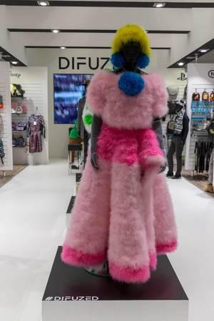 Buntes Outfit für Damen von DIFUZED auf der Gamescom