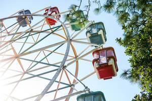 Buntes Riesenrad mit geschlossenen Kabinen auf Jahrmarkt