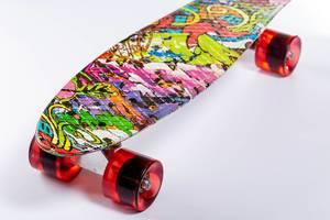 Buntes Skateboard mit roten Rollen auf weißem Untergrund