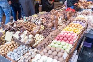 """Buntes Sortiment mit Gebäck und Schokolade am Süßigkeitenstand in der größten Markthalle Barcelonas (Spanien) """"Mercat de Sant Josep"""""""