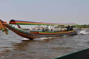 Buntes, typisch thailändisches Boot mit Touristen