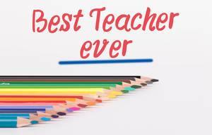 """Buntstifte vor weißem Hintergrund mit rotem """"Best teacher ever"""" Text"""