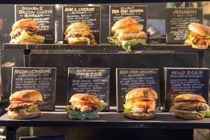 """Burger auf dem Weihnachtsmarkt """"Christmas by the River"""" in London"""