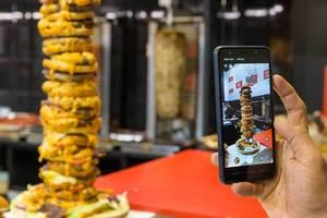 Burgerturm wird mit dem Smartphone fotografiert