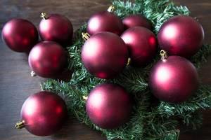 Burgunderfarbene Weihnachtskugeln