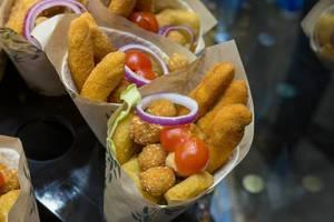 Burrito als spanisches Mittagessen mit einem Fischmix aus Seehecht & Thunfisch, angeboten als Fingerfood im Merzt de la Boqueria in Barcelona