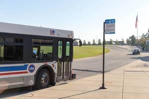 Bus hält an der Haltestelle Midway Station in Chicago an