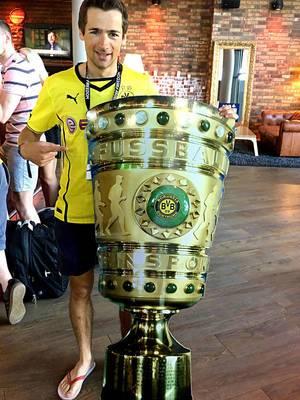 BVB-Fan mit selbstgemachtem DFB-Pokal