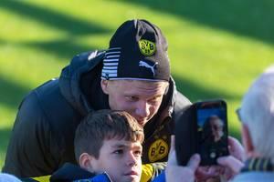 BVB-Neuzugang Erling Haaland lässt sich mit einem jungen Fan fotografieren