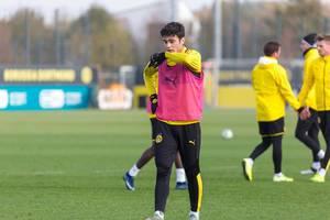 BVB Spieler wischt sich den Mund ab in der Kälte von Dortmund