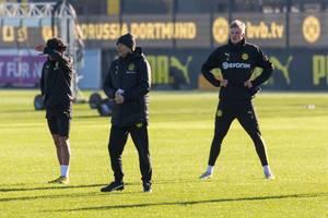 BVB-Trainer Lucien Favre zwischen seinen Spielern Mahmoud Dahoud und Erling Haaland