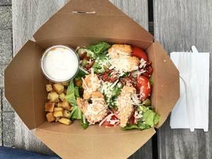 Caesar Salatmit marinierter Hähnchenbrust, getrockneten Tomaten, Oliven und Croutons