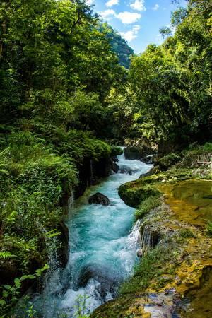 Cahabon River bahnt sich seinen Weg durch Felsen und Dschungel in Guatemala