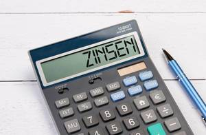 Calculator with the word Zinsen on the display