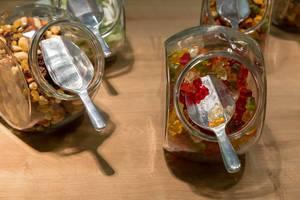 Candybar: Gläser mit Gummibärchen und Rosinen und Nüssen