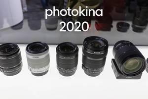 Canon: EFS 18-55mm und 18-135mm Objektive, aufgereiht in einer Vitrine, während der Fotomesse in Köln, mit dem Bildtitel Photokina 2020