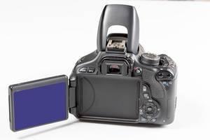 Canon Kamera Gehäuse mit ausklappbarem Bildschirm vor weißem Hintergrund
