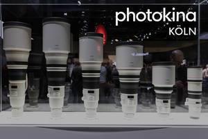 Canon Teleobjektiv in weiß und schwarz und in verschiedenen Größen, aufgereiht in einer Vitrine, während der Fotomesse Photokina in Köln