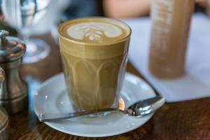 Cappuccino in Glas auf kleinem Teller mit Löffel bei The Allis in Chicago
