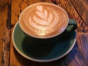 Cappuccino mit Pflanzenmuster im Milchschaum