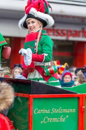 Carina Stelzmann beim Rosenmontagszug - Kölner Karneval 2018