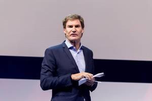 Carsten Maschmeyer teilt seine Erfahrungen als Geschäftsführer auf der Bühne der Digital X