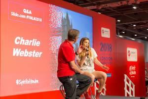 Charlie Webster auf der Bühne während der London Marathon Messe