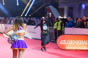 "Cheerleader looking at the ""man with the hammer"" - Frankfurt Marathon 2017"