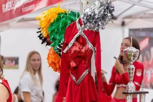 Cheerleader-Outfit mit bunten Pompons