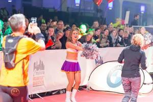 Cheerleaderin feuert die Läufer an - Frankfurt Marathon 2017