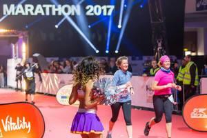Cheerleaderin feuert die Läuferinnen an - Frankfurt Marathon 2017