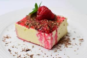 Cheesecake mit Himbeersoße und Schokoladenraspeln