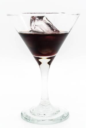 Cherrybrandy in einem Cocktailglas mit Eiswürfel