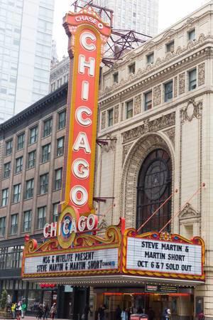Chicago Theatre mit dem Logo der Chase Bank