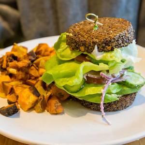 Chicago vegan und glutenfrei: Inside Out Quinoa Burger von True Food Kitchen mit Hummus, Tzatziki, Bio-Tomaten, Buttersalat, Gurke, rotem Zwiebel, Avocado und Feta