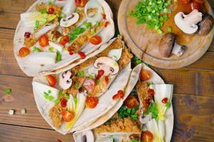 Chicken Wraps mit bunten Zutaten wie Pilzen, Tomaten und Lauchzwiebeln