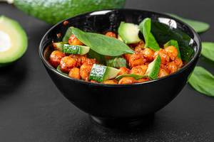 Chickpeas in tomato sauce with avocado slices and spinach (Flip 2019)