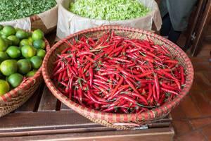 Chilischoten im Flechtkorb am Danilovsky Market in Moskau